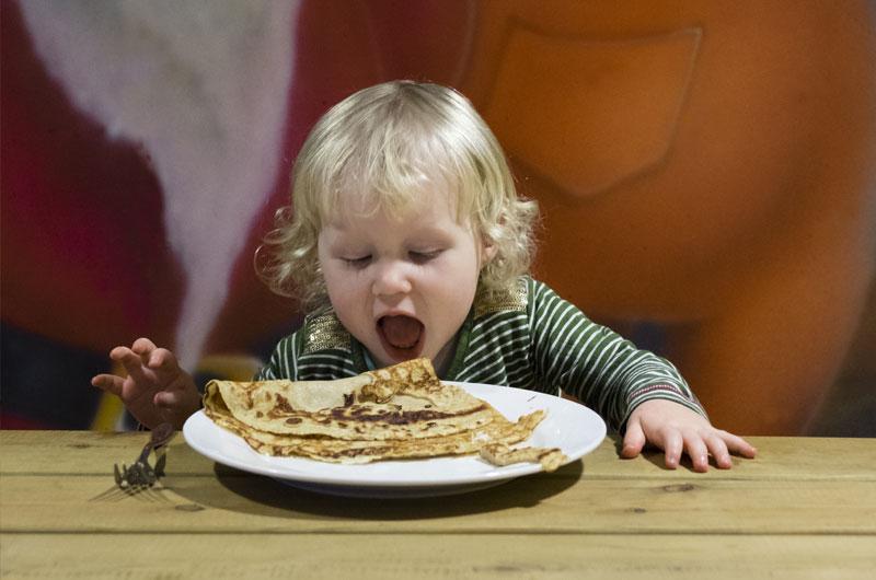 Pannenkoek eten met kinderen